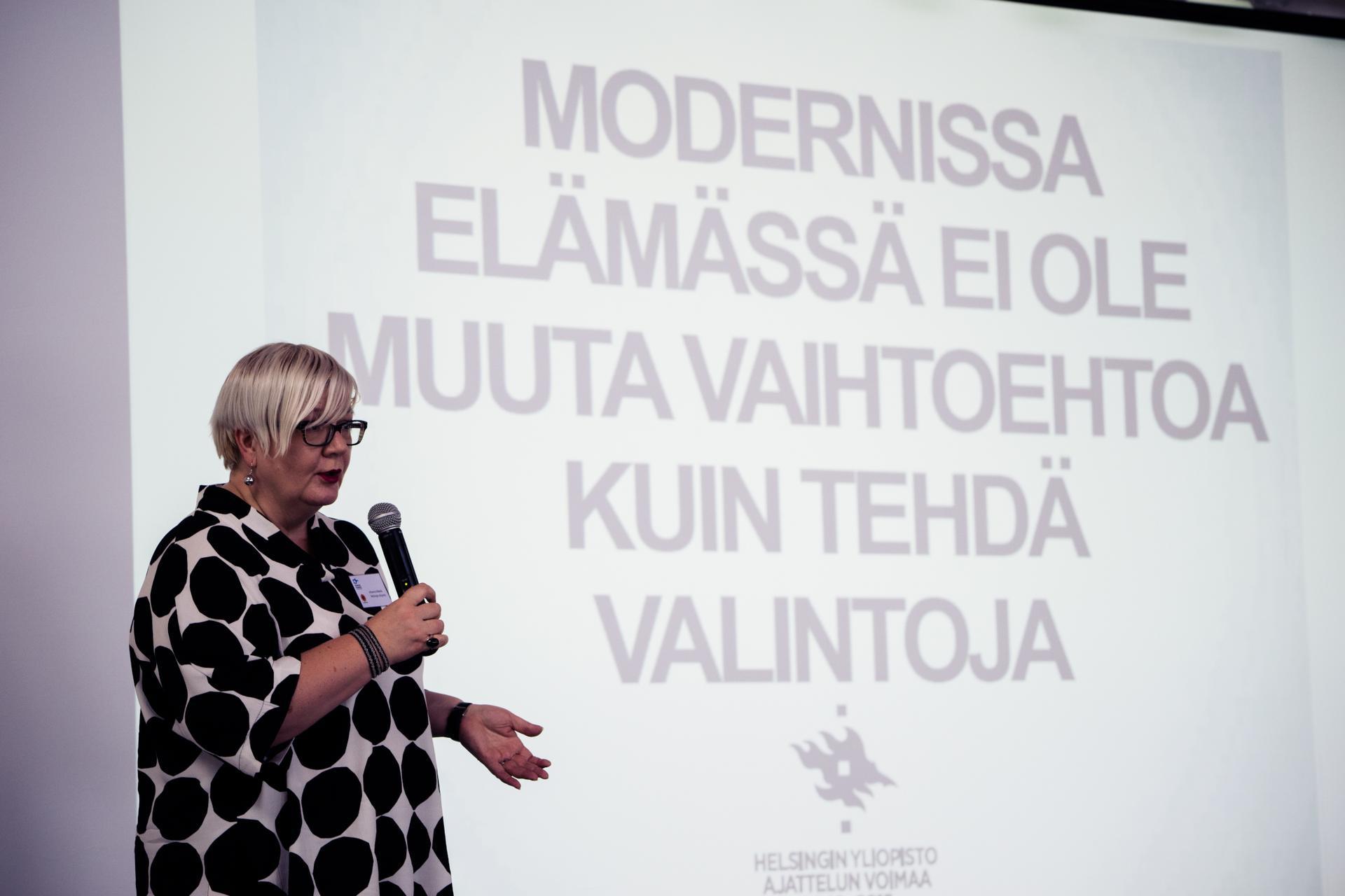 Helsingin yliopiston ruokakulttuurin professori Johanna Mäkelä kannusti mm. ruokahävikin vähentämiseen.