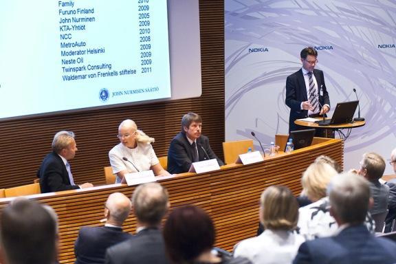 Kuvassa vasemmalta Tankkeriturva-panelistit Pekka Laaksonen (John Nurmisen Säätiö), Tiina Tuurnala (Liikennevirasto) ja Stig Sundberg (Neste Oil). Oikealla säätiön asiamies Erik Båsk kiittää säätiön tukijoita ja kertoo varainhankinnan tilanteesta.