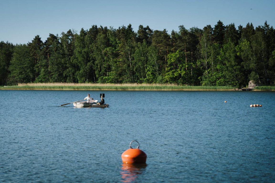 Käsittelyalueen seurantaa jatketaan kesän yli myöhäiseen syksyyn. Seurannan toteuttaa Varsinais-Suomen ELY-keskus. Kuvassa mittauspisteen ympärillä soutaa Irma Puttonen.