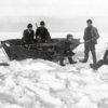 Posti kulki myös talvella. Sileillä jääkentillä oli helpompaa kuin jääröykkiöiden joukossa. Toisinaan tupakan tai piipullisen mittainen tauko oli paikallaan. (Kuvateksti kirjasta) Kuva: Kymenlaakson museo