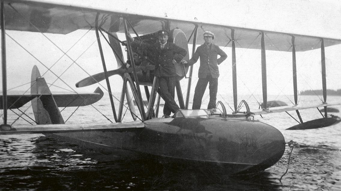 Lentoveneitä käytettiin 1900-luvun alusta alkaen tiedustelu- ja pelastuskoneina. Syyskuun 27. päivänä 1923 neuvostoliittolainen S16.-tyyppinen Savoia-lentovene teki pakkolaskun koneen rikkouduttua Lavansaaren lähistöllä. Suomalaiset viranomaiset takavarikoivat koneen. (Kuvateksti kirjasta) Kuva: Kymenlaakson museo
