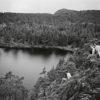 Suursaaressa turisteja kiehtoi auringonpalvonnan lisäksi myös saaren ainutlaatuinen ja moninainen luonto. (Kuvateksti kirjasta) Kuva: Kymenlaakson museo Kuvaaja: J. W Mattila