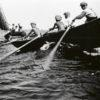 Elämä Suomenlahden ulkosaarilla pysyi hyvin samankaltaisena vuosikymmenestä toiseen. Merellä liikkuminen oli tärkeää, ja taito opeteltiin heti nuoresta pitäen. Kuvassa tytärsaarelaiset pojat soutavat Suursaari-laivaa vastaan vuonna 1936. (Kuvateksti kirjasta) Kuva: Kymenlaakson museo